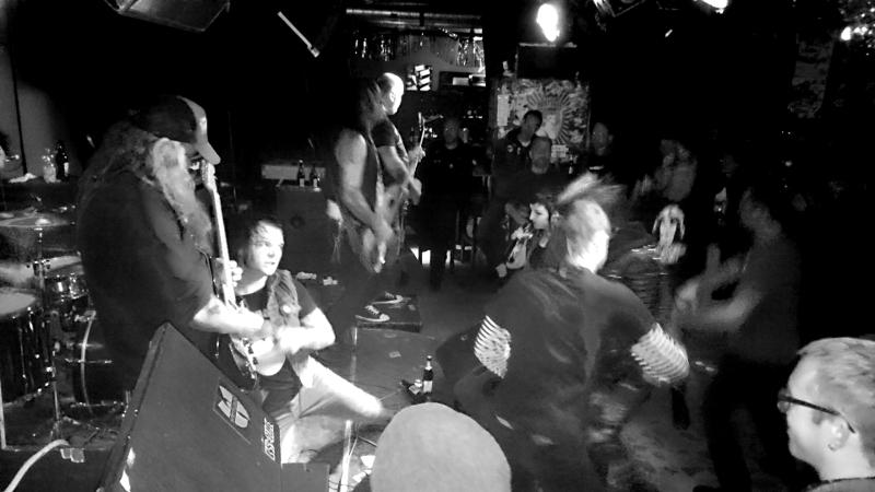 Sänger pausiert, Publikum tanzt