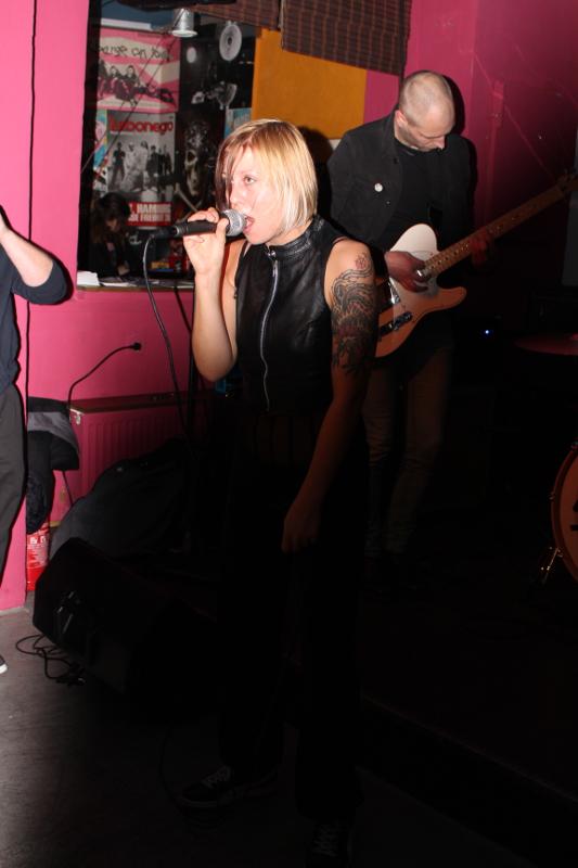 Sängerin Pia giert extrovertiert