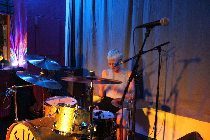 Das Bild vermittelt nicht, wie die Schlagzeugerin spielt: hart