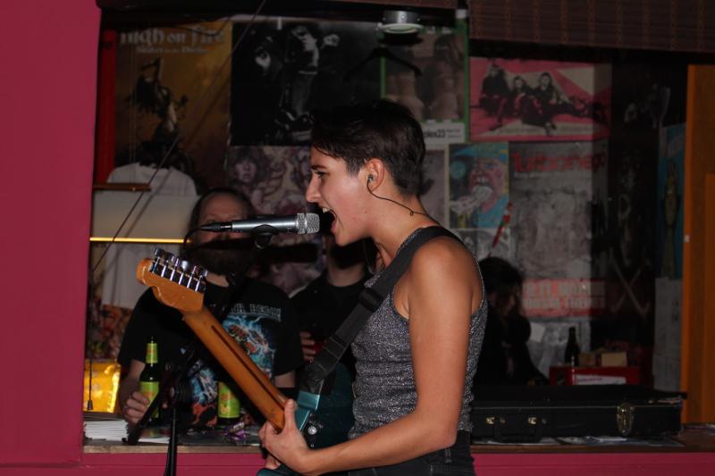 Decibelles-Sängerin und Gitarristin