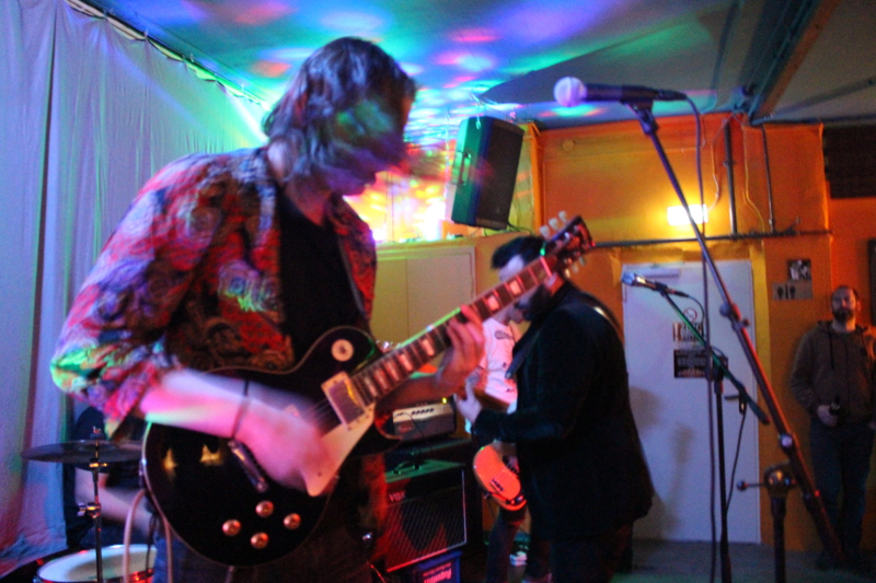 Ein Action-Bild vom Gitarristen und Teilzeit-Sänger