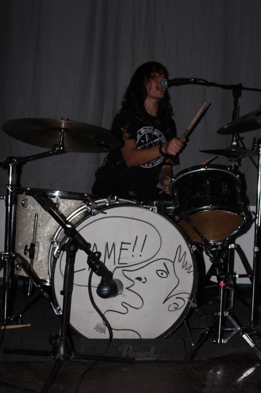 Die Schlagzeugerin singt auch