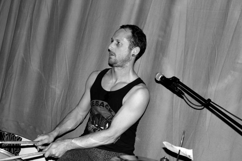 Der Drummer in schickem Schwarzwei�