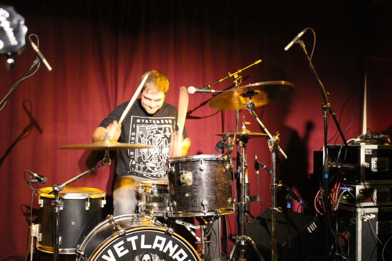 Auch der Schlagzeuger hat Spa� am Auftritt