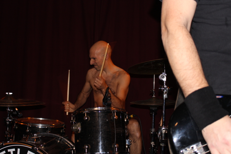 Der Drummer wirkt wie ein russischer Intellektuelle mit Muskeln