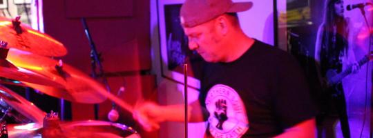 Schlagzeuger von Sonic Träsh bei der Ausstellungseröffnung in der Emma 23 Heilbronn