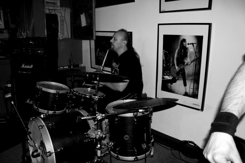 Drummer Thomas in schickem Schwarzwei�