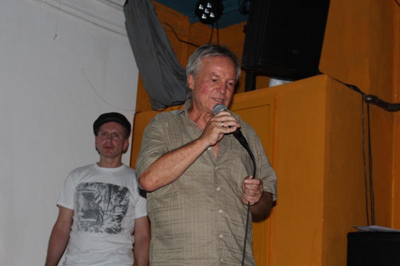 Die Präsentatoren Simon Steiner und Norbert Prothmann (mit Hut)