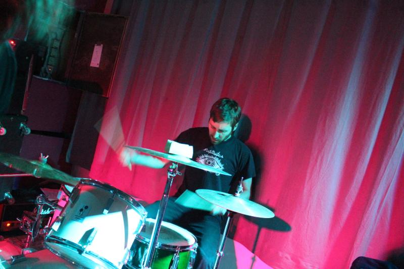 Der Schlagzeuger wirkt ruhig auch bei hohem Liedtempo ruhig