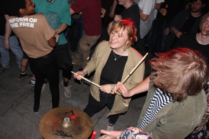 Mitmachen an den Schlagzeugbecken