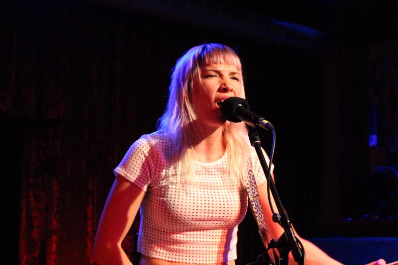 Sängerin Carley hat auch eine charmante Seite