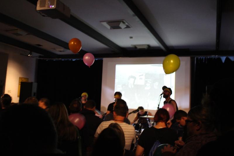 Publikum lässt Luftballons fliegen