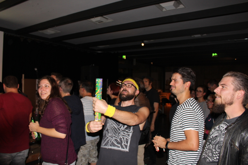 Bandmitglied zündet im Publikum Konfetti-Kanone