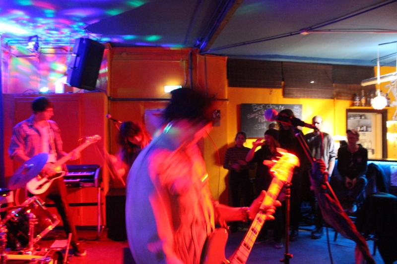 Die Band geht ab, das Publikum schaut zu