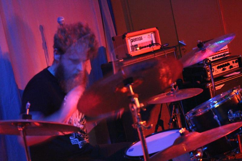 Ohne Gel hat der Drummer hübsche Locken