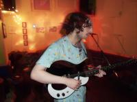 Die Gitarre kommt nur bi einem Song zum Einsatz