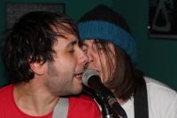 Zwei Sänger - ein Mikro