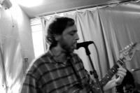 Gitarrist und Sänger in schickem Schwarzwei�