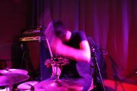 Der Schlagzeuger in Aktion - auch hier fliegen die Haare