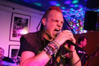Sänger Thorsten ist aufgetaut und schreit sich die Seele aus dem Leib
