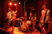 Neat Mentals in der Alten Hackerei - und der Bassist singt
