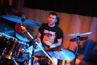 Der Schlagzeuger von �berdosis sitzt auch bei Stressfaktor an der Schie�bude