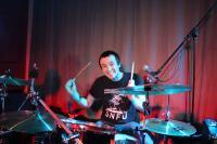 Hinterm Schlagzeug sitzt die gute Laune