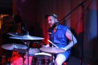 Ein weiterer Hausmeister am Schlagzeug