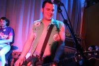 Der Bassist mit der Jacke der Schande