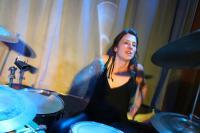 Sorgt für immensen Druck: die Drummerin
