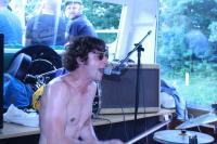 Nicht nur der Schlagzeuger agiert wilder
