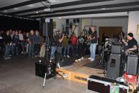 Publikum hält Abstand zur Band