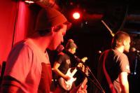 Vorne links der Zystem-Gitarrist mit Schnurrbart